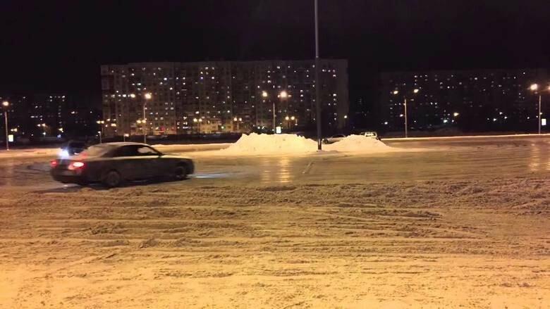 В Брянске возле «Линии» дрифтер чуть не наехал на пешехода