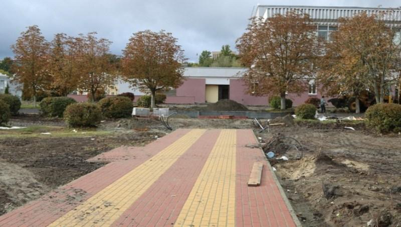 В Брянске за концертным залом «Дружба» укладывают тротуарную плитку