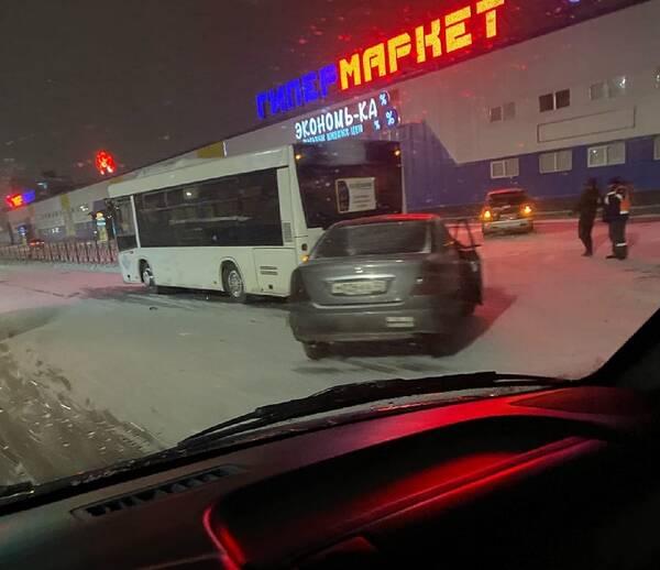 На улице Бурова иномарка врезалась в автобус