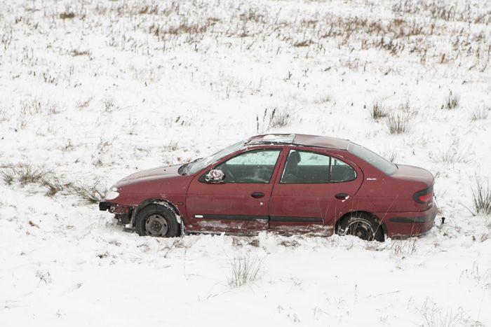 Под Унечей у деревни Яблонка водителю помогли вытащить автомобиль из кювета