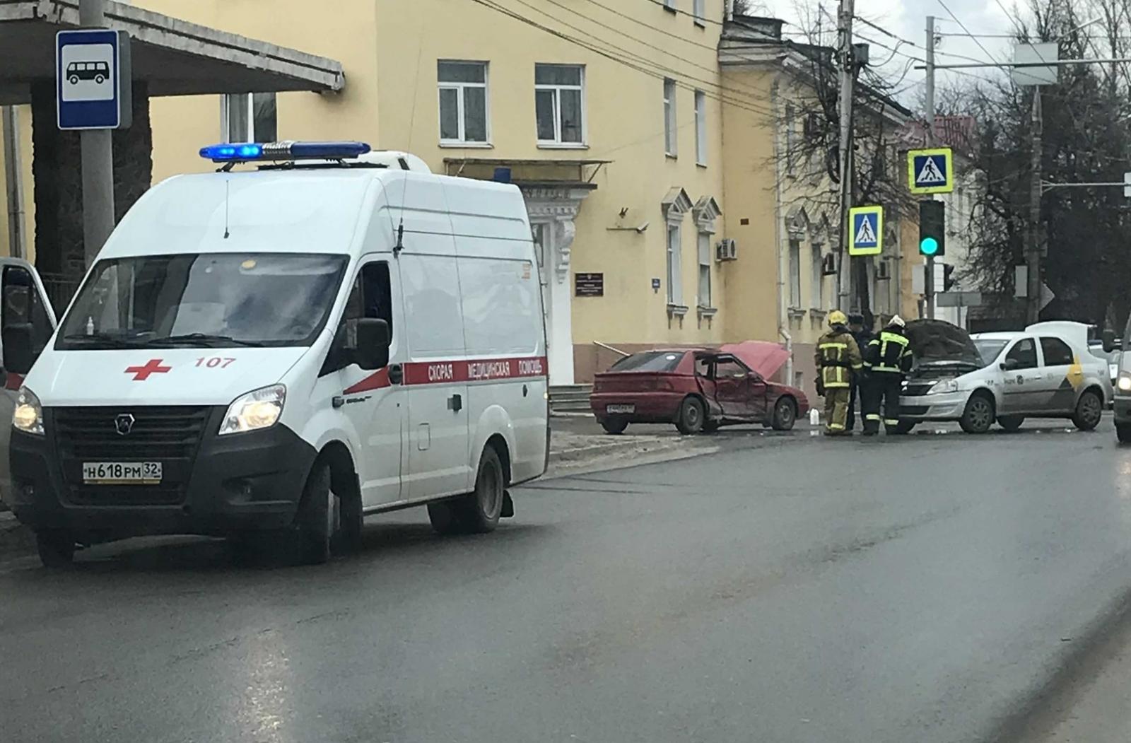 В Советском районе Брянска на Калинина машина «Яндекс.Такси» попала в ДТП