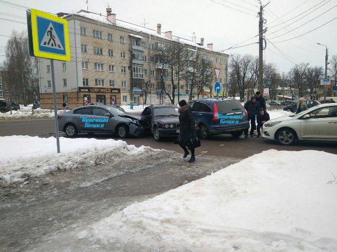 Сегодня утром в Брянске произошло массовое ДТП
