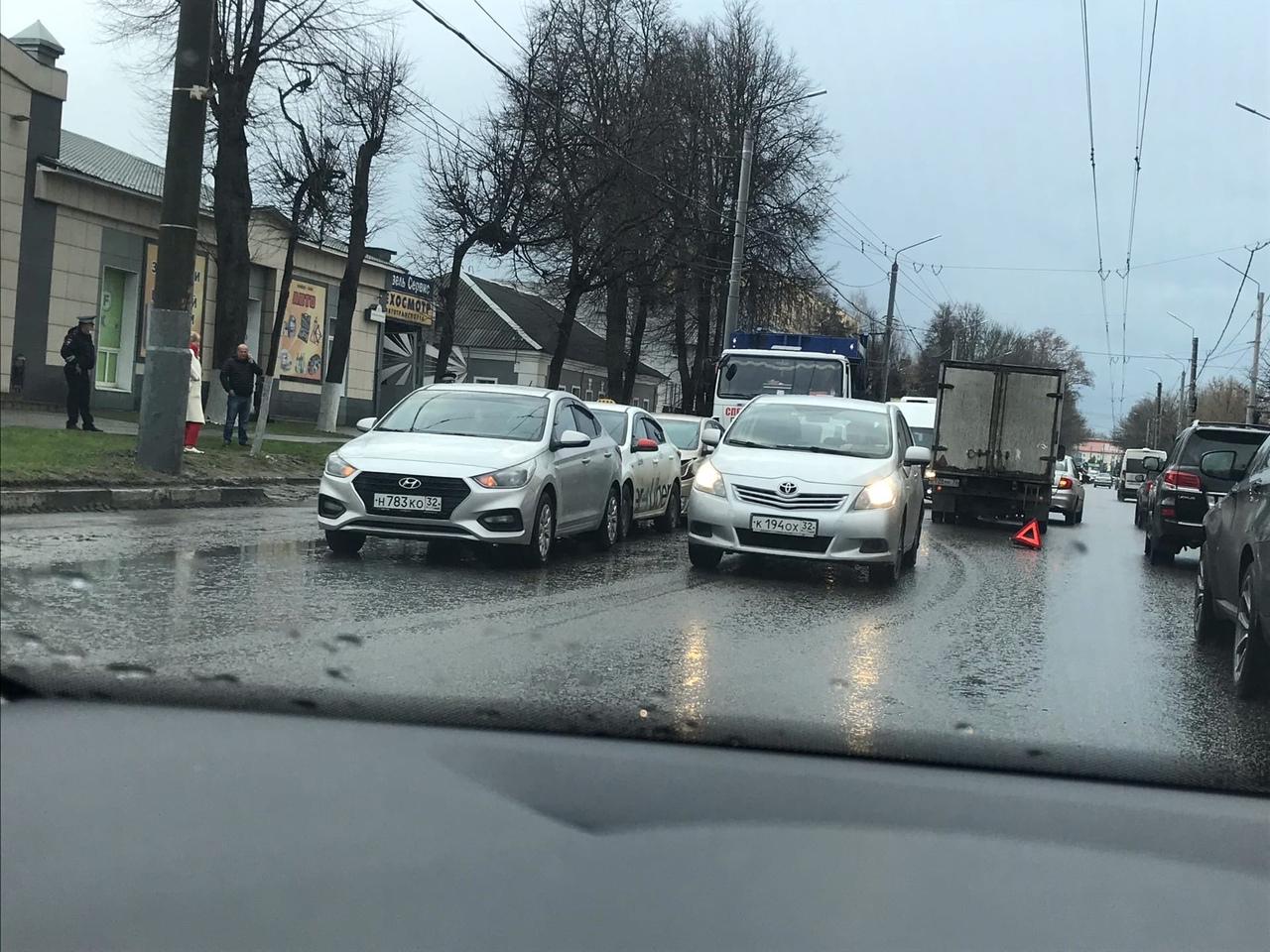 На улице Красноармейской в Брянске произошло два ДТП одновременно