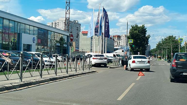 В Брянске иномарка врезалась в флагшток дилерского центра Volkswagen