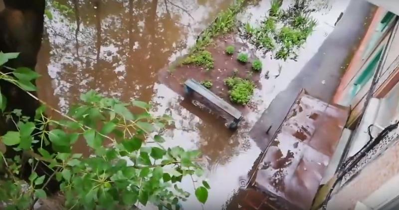 Ушел под воду двор в Бежицком районе Брянска