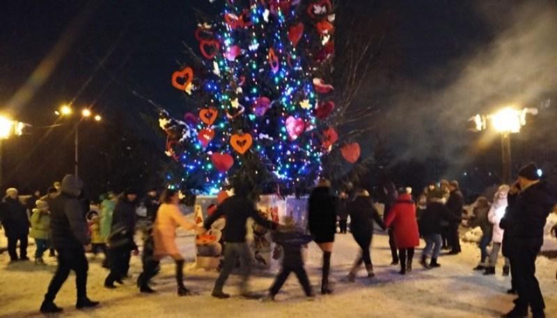 Новогодняя елка в Круглом сквере Брянска собрала 3 тысячи горожан