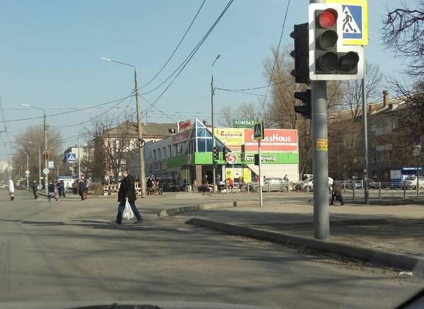 В Брянске на улице Литейной убрали столб посреди дороги