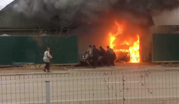 В Брянске сняли на видео крупный пожар на улице 2-я Мичурина