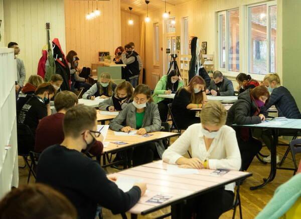 В Брянске «Тотальный диктант» без ошибок написали 14 человек из 405