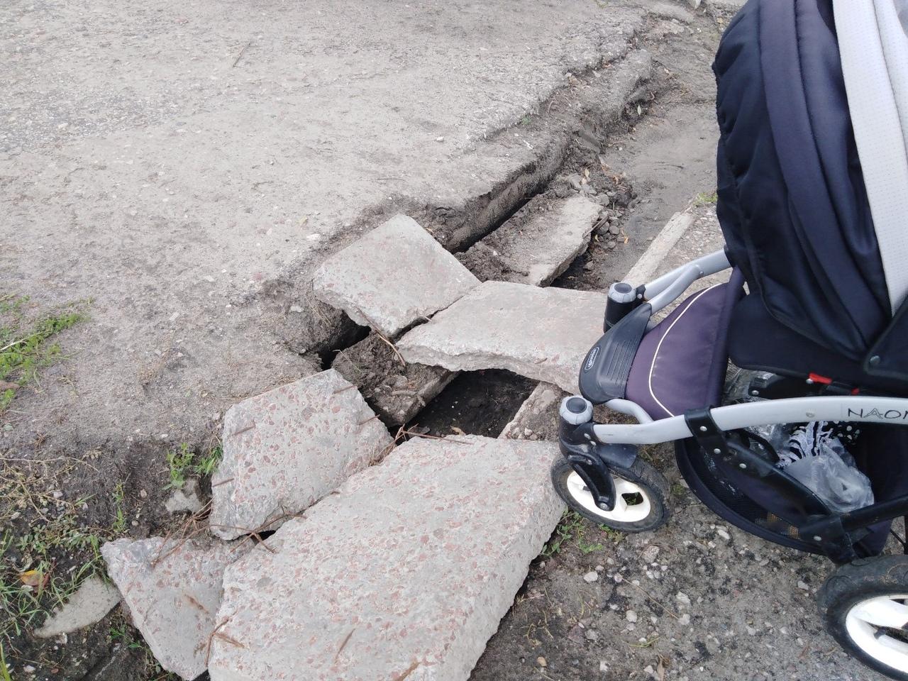 В Брянске на проспекте Московском провалился тротуар