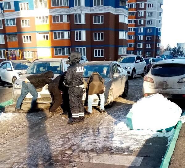 В Брянске в микрорайоне «Речной» произошло необычное ДТП