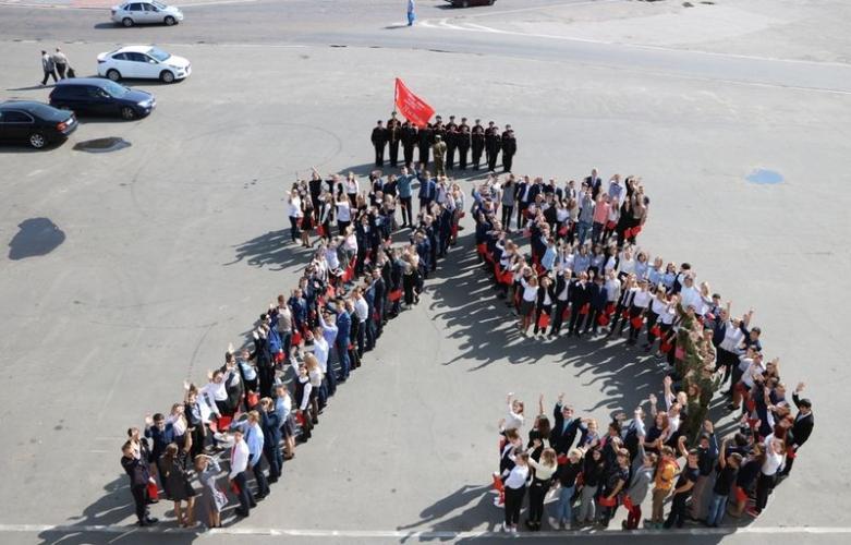 Брянские школьники и юнармейцы устроили флешмоб