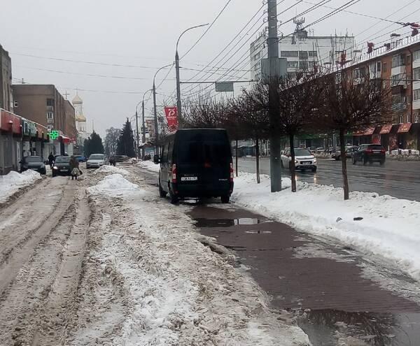 В Брянске водитель фургона припарковался на тротуаре на проспекте Ленина