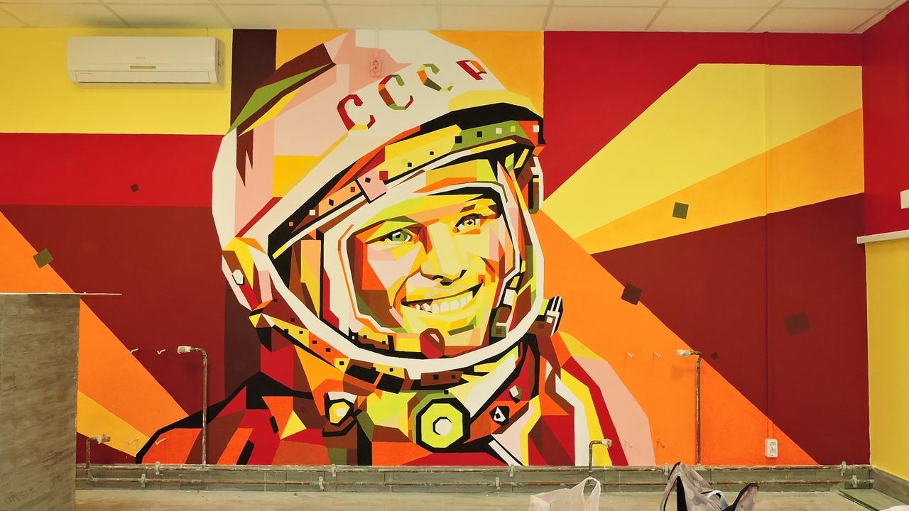 В Фокинском районе ко Дню космонавтики появилось граффити с изображением Юрия Гагарина