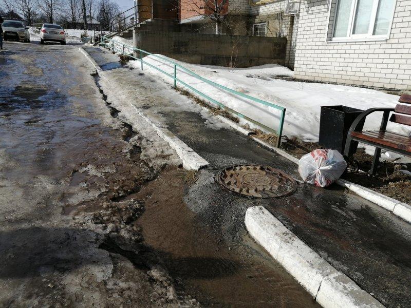 В Володарском районе Брянска талой водой и нечистотами затопило жителей пятиэтажки