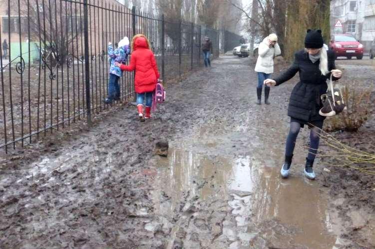 В Брянске грязь и месиво не дают детям попасть в сад