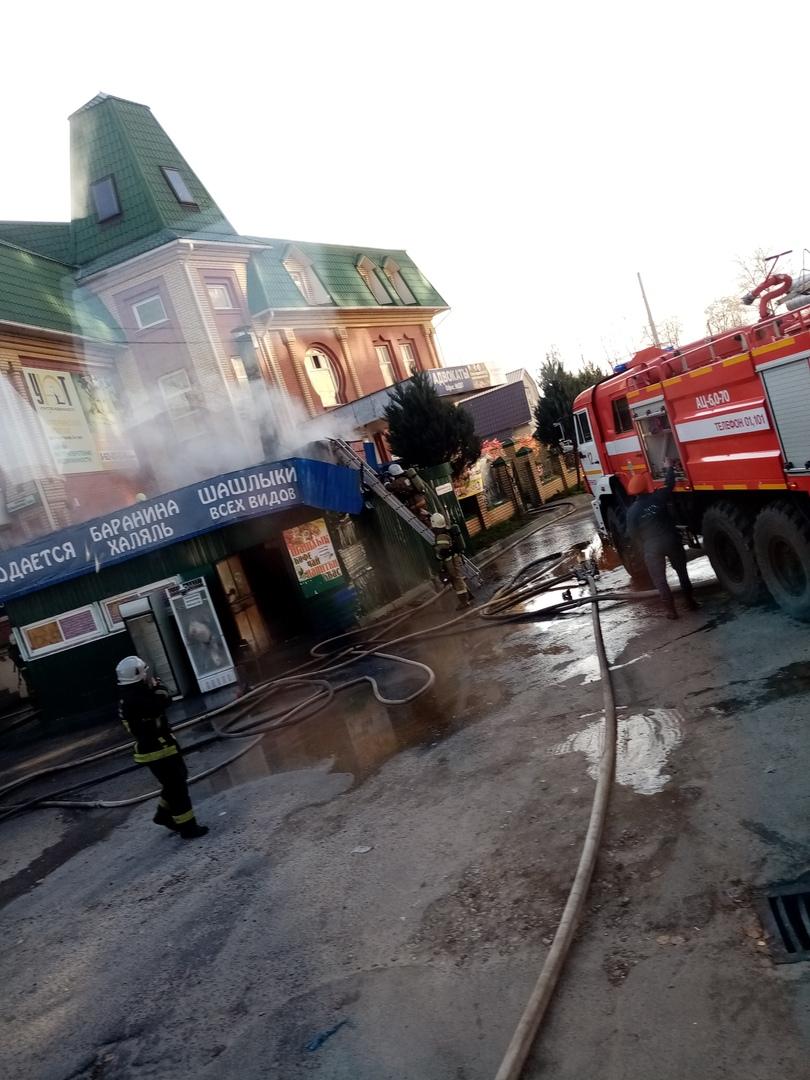 В Брянске горящую шашлычную тушили три пожарных расчета