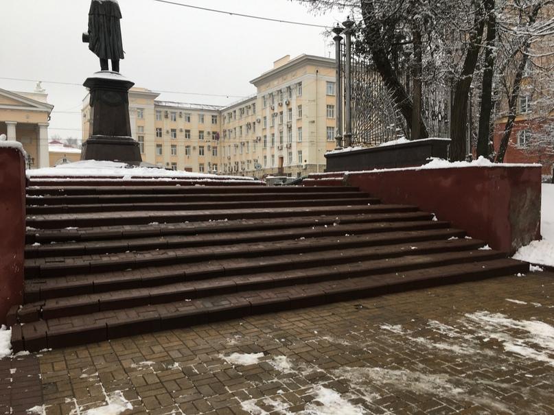 В Брянске разрушилась плитка на лестнице в сквере Тютчева