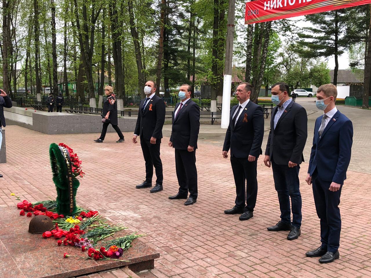 В День Победы брянские депутаты отЛДПР возложили цветы кпамятному мемориалу