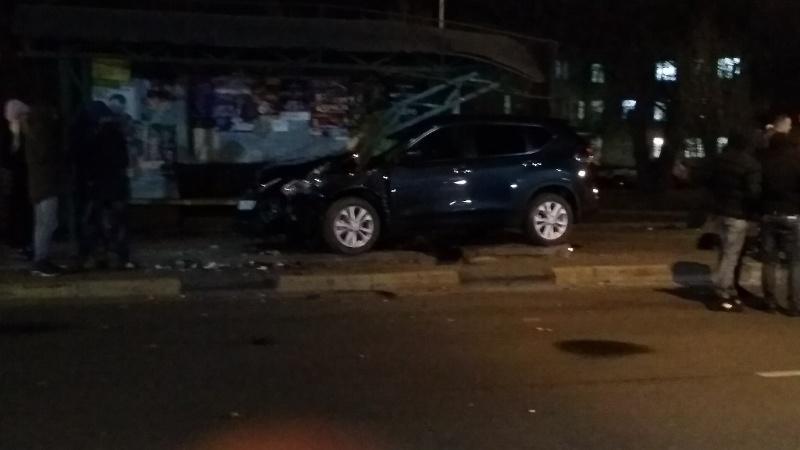В Брянске иномарка врезалась в остановку возле больницы №2