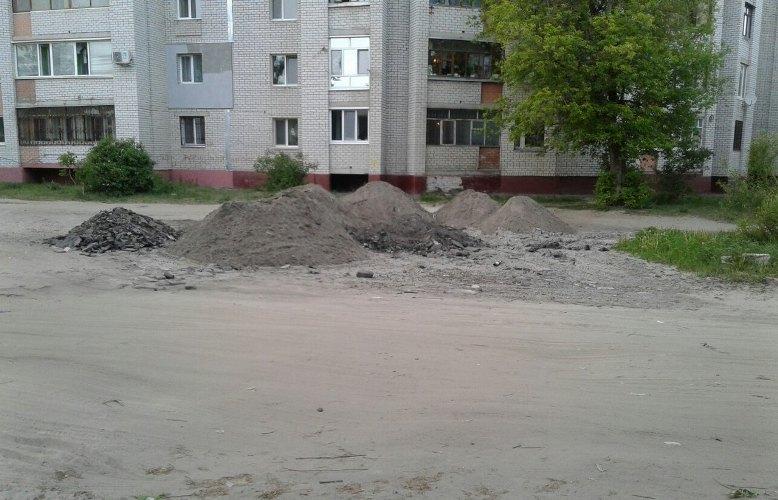Улицу Бежицкого района Брянска заваливают строительным мусором