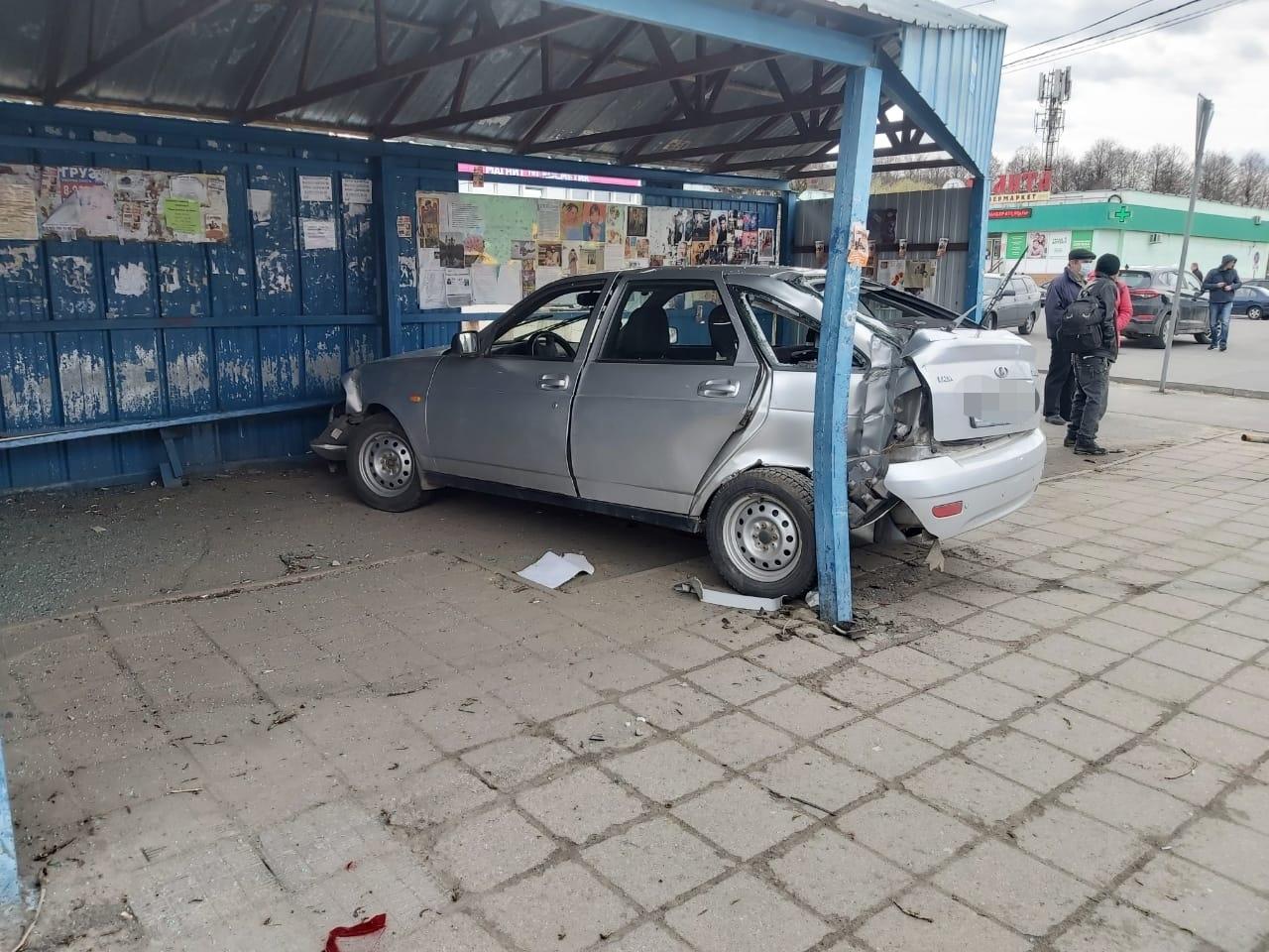 В Брянске в остановку в 10 микрорайоне врезался пьяный водитель без прав
