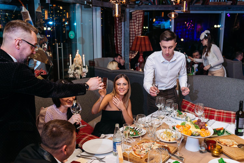 В Брянской области кафе и ресторанам разрешили работать до трех ночи