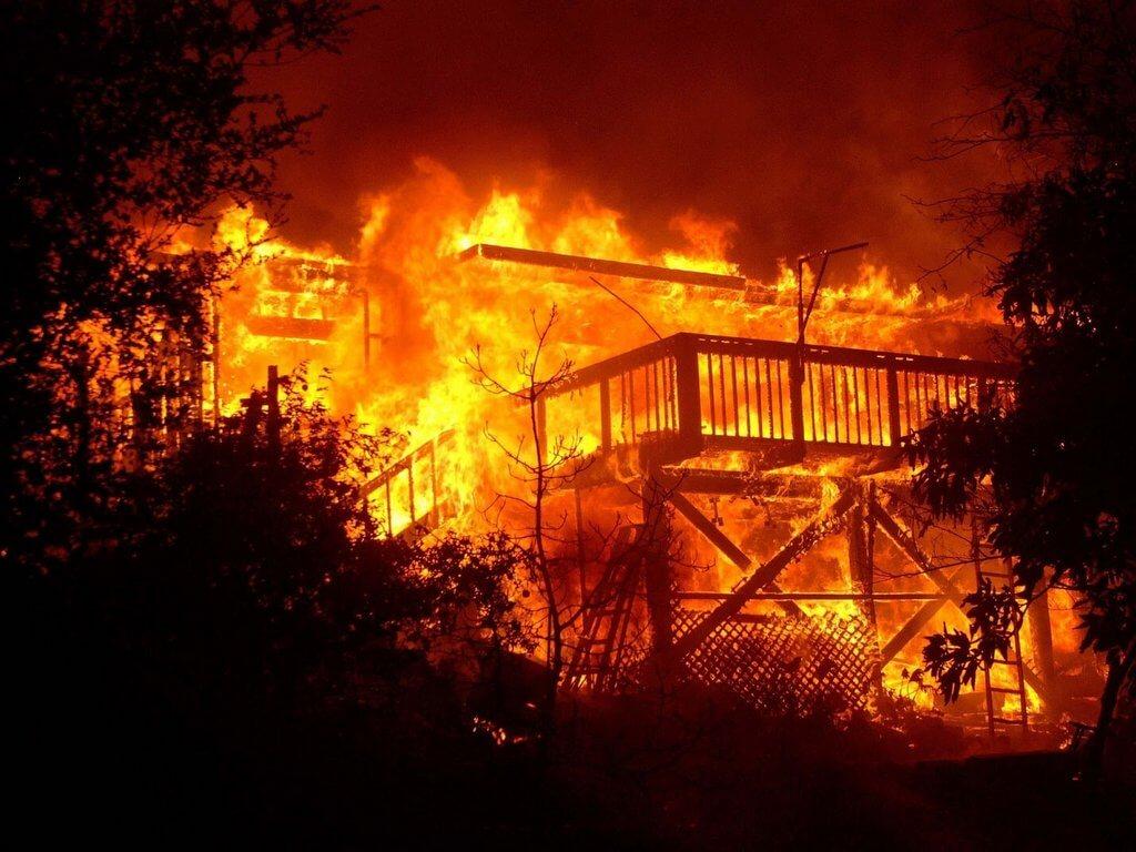 В брянском поселке сгорели дом и сарай