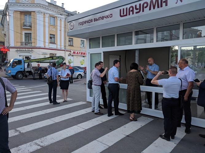 В Брянске устроили скандал из-за киоска с шаурмой