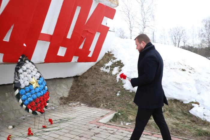 В Клинцах депутаты возложили цветы к памятнику танкистам