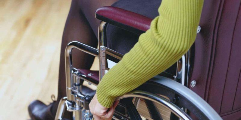 Женщину-инвалида оставили без кресла-коляски