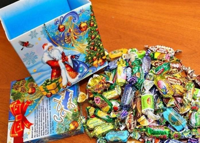 Брянским детям на утреннике подарили просроченные конфеты