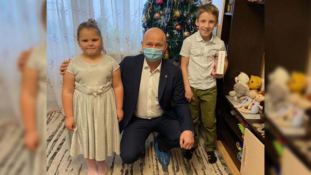 Замгубернатора Александр Коробко исполнил желания детей с тяжелыми заболеваниями