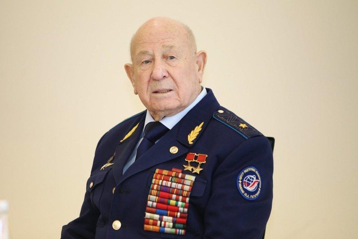В Брянске открылась выставка репродукций картин космонавта Алексея Леонова