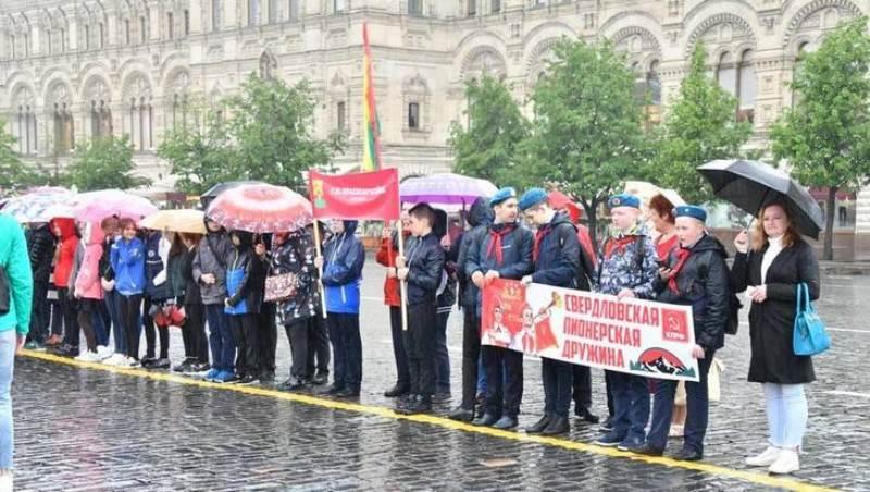 Брянских ребят приняли впионеры наКрасной Площади