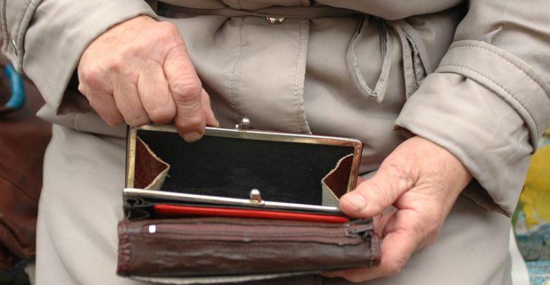 В Белых Берегах оставили без сбережений пожилую женщину