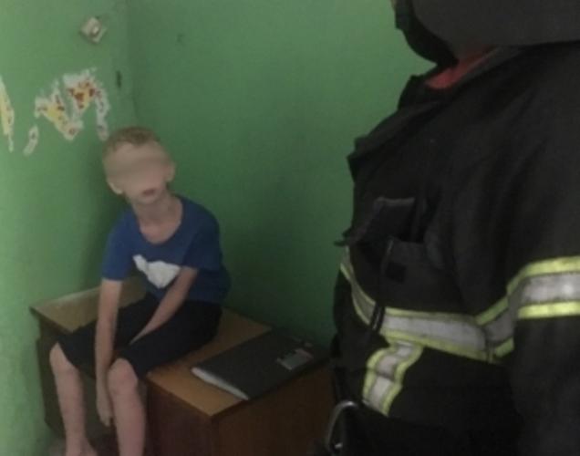 Брянские спасатели сняли ребенка с крыши пятиэтажки