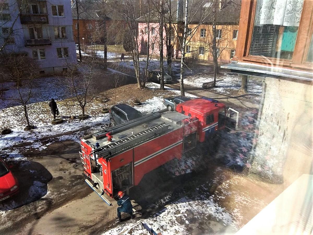 Из горящей квартиры в Дятьковском районе вынесли человека