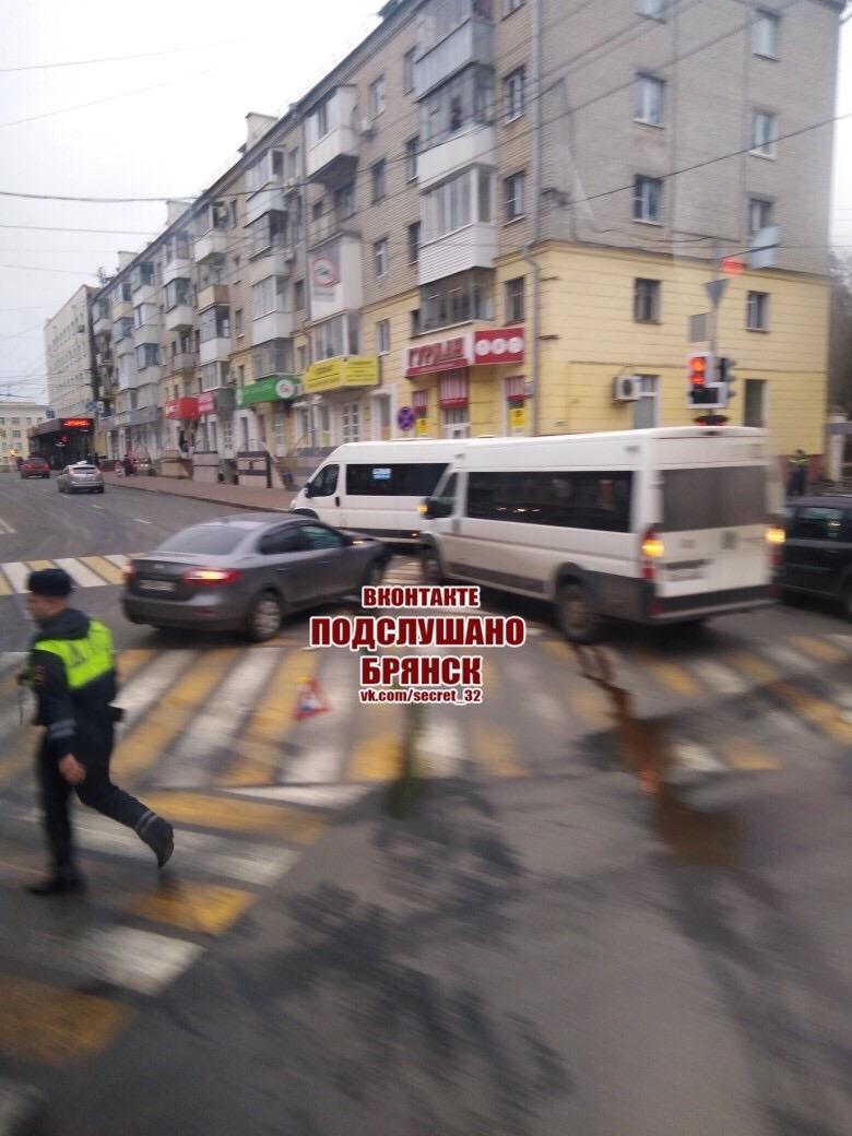 В Брянске на проспекте Ленина в ДТП попала маршрутка