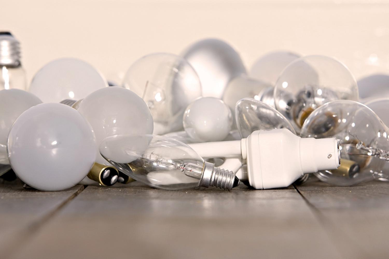 Брянцам грозит штраф за выброшенные в мусорный контейнер лампы