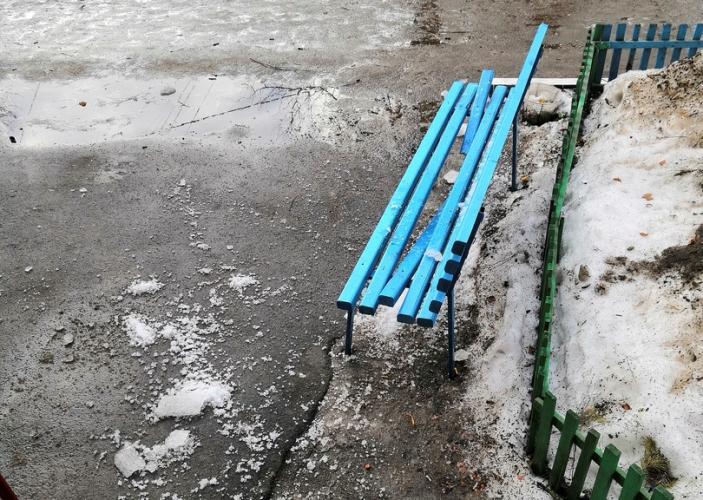 В Брянске упавшая с крыши льдина пробила лавку у подъезда