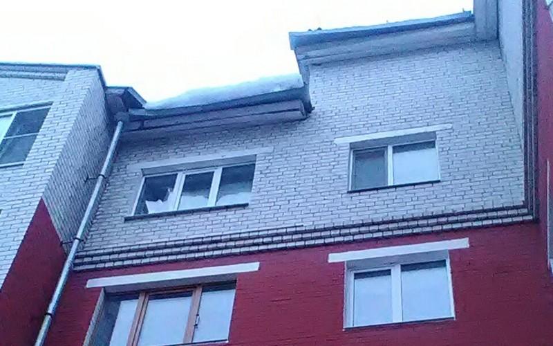 Брянцам угрожает свисающая с крыши наледь