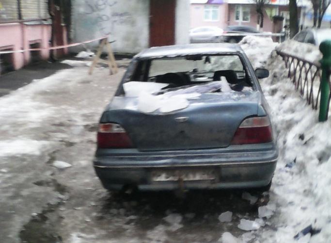 В Брянске упавшая с крыши наледь разбила автомобиль