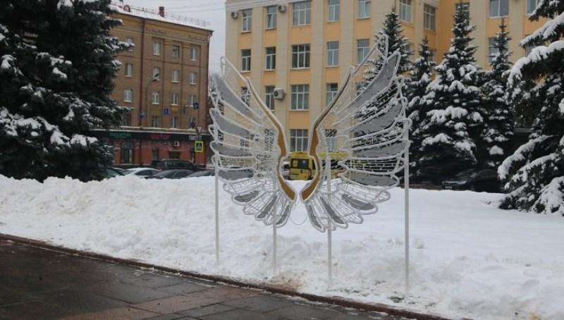 В центре Брянска появились светящиеся крылья