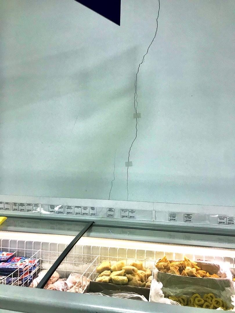 «Лечение» трещины на стене лейкопластырем сняли на фото вБрянске