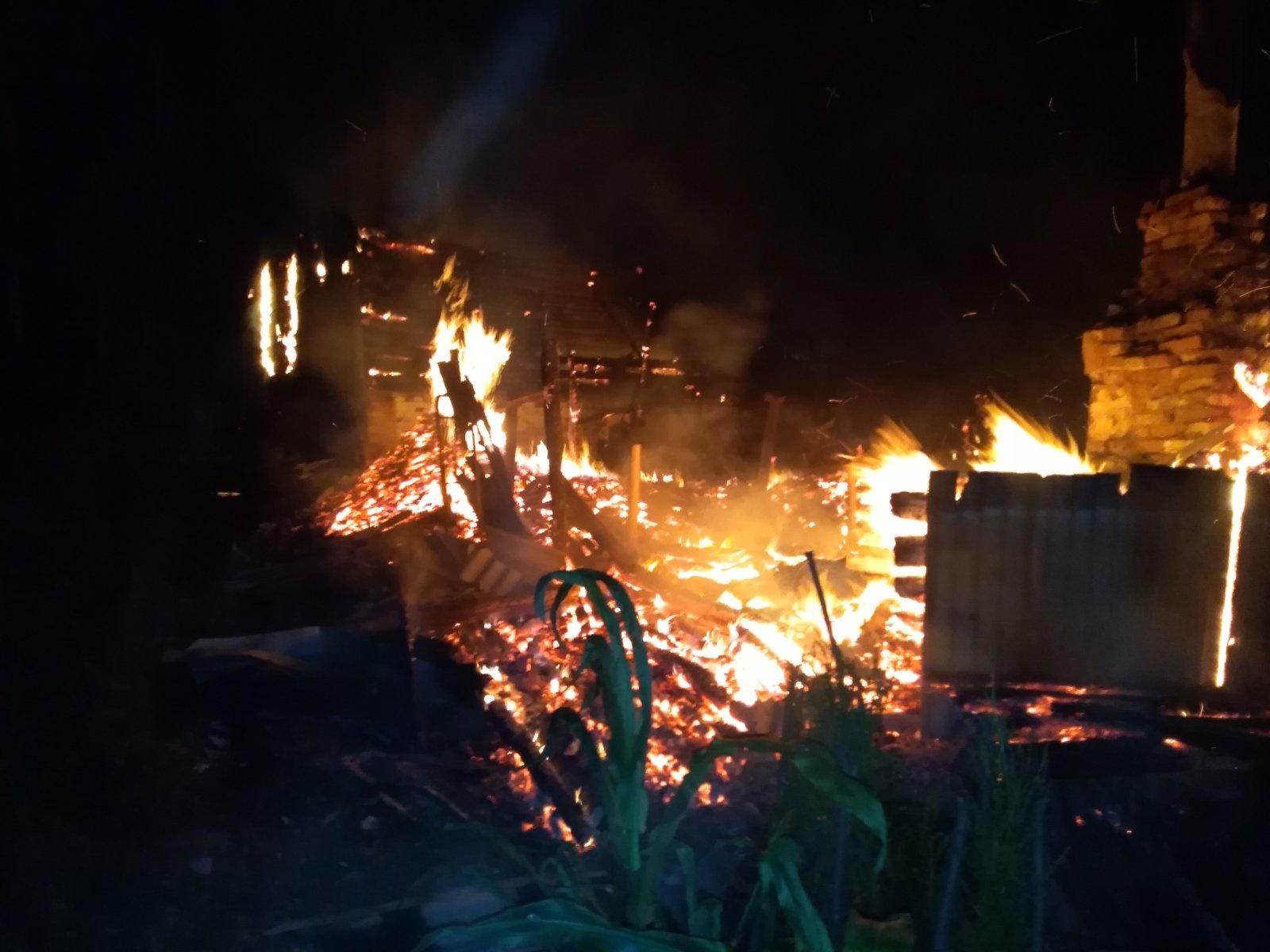 В Климово сгорели жилой дом и надворная постройка