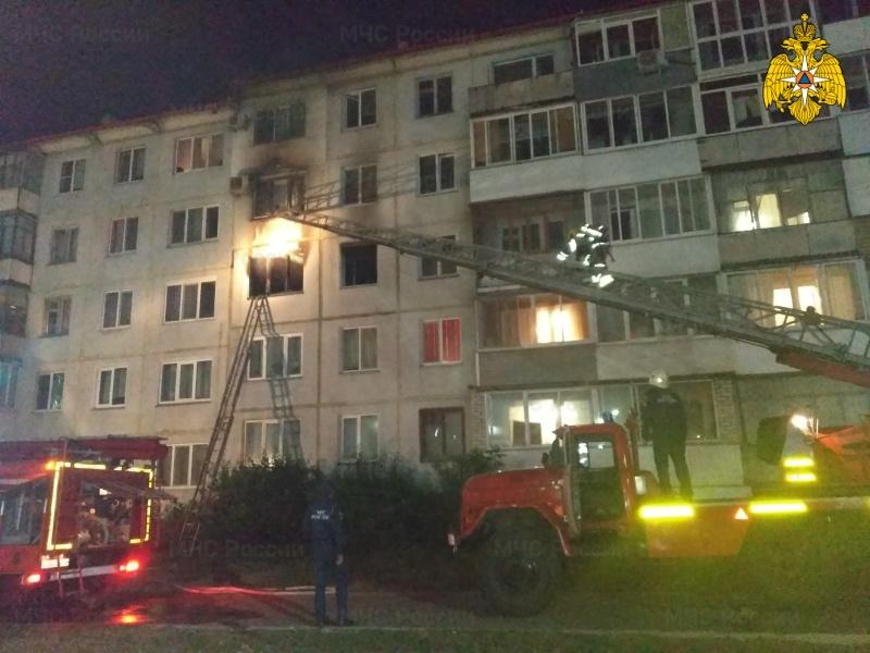 В Брянске из-за пожара в многоэтажке спасатели эвакуировали 13 человек