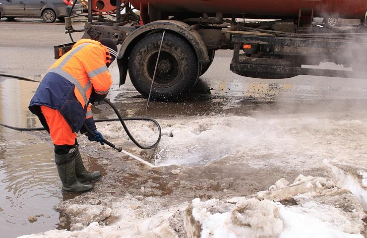 Во время оттепели брянские дорожники принялись за очистку ливневой канализации