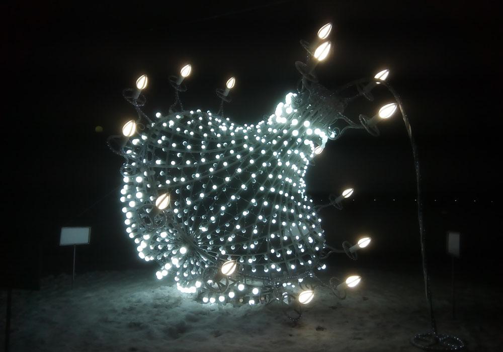 В Брянске у цирка установили новогоднюю люстру под напряжением