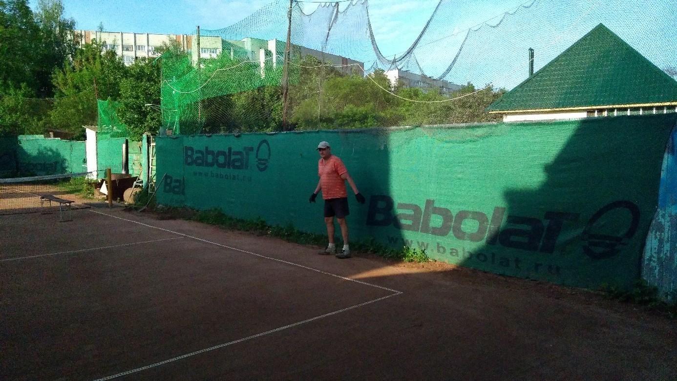 Житель Брянска построил на своем участке теннисный корт для детей
